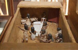 Image 3: A model of the Meketre model showing women making linen. Image from https://commons.wikimedia.org/wiki/File:Meketre,_maquette.jpg